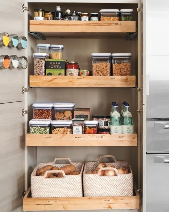 las mejores ideas para organziar la cocina, como ordenar cada estante en el armario, fotos con ideas de almacenamiento de produtos en la cocina