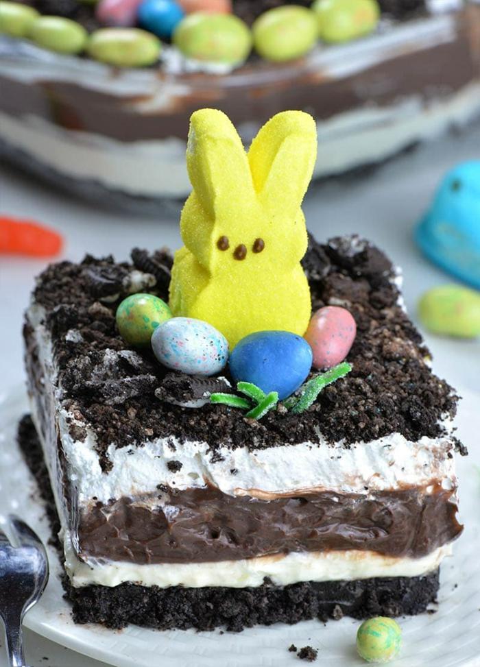 tarta tres chocolates con nata y conejo de azucar decorativo, ideas de postres faciles para impresionar para preparar en semana santa