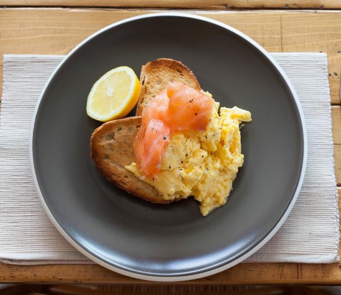 desayunos fitness saludables y nutritivos, tostadas con huevos fritos, salmón y limones, tostadas integrales saludables