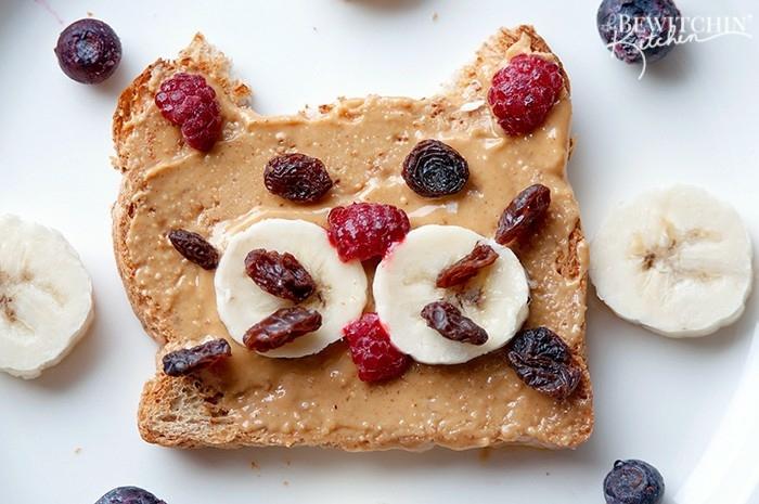 desayunos con frutas originales, tostada con mantequilla de mani, pasas y platanos, ideas de recetas caseras faciles de hacer