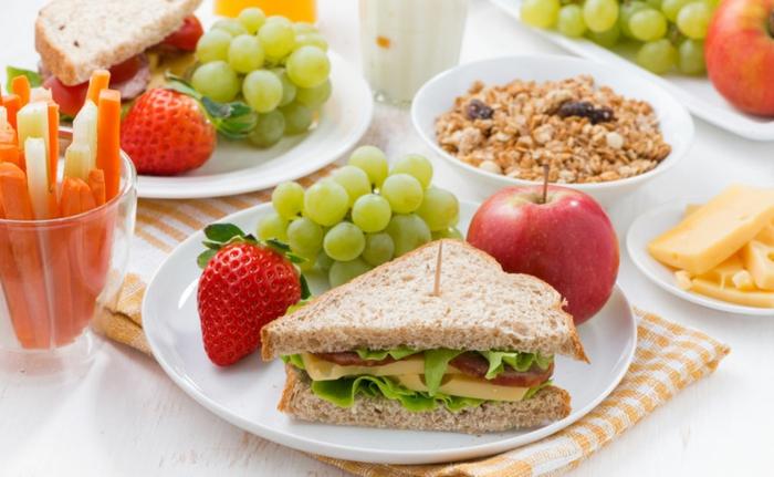 bocadillo saludable con queso amarillo y verduras, las mejores recetas caseras con frutas y verduras, desayunos con huevo