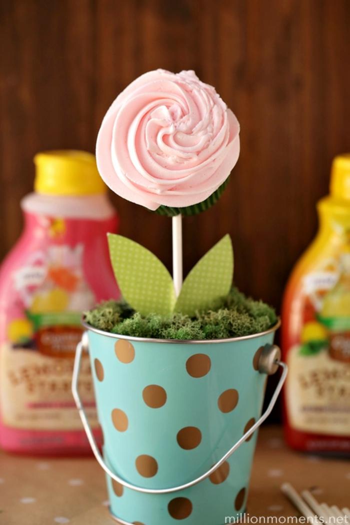 regalos originales dia de la madre para hacer en casa, como hacer un ramo de magdalenas en forma de flores paso a pas o