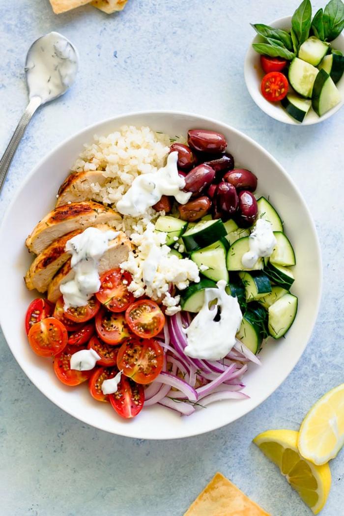 ensalada proteica con pollo, tomates uva, queso riccotta, calabacines, arroz, aceitunas y cebolla roja, ideas de recetas caseras