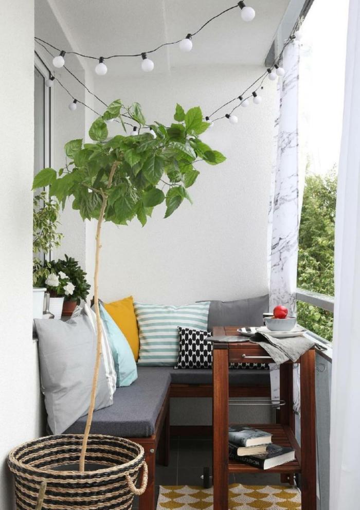 ideas simples como decorar el balcon con poco presupuesto, decoracion con guirnaldas de luces, como decorar un patio exterior con poco dinero