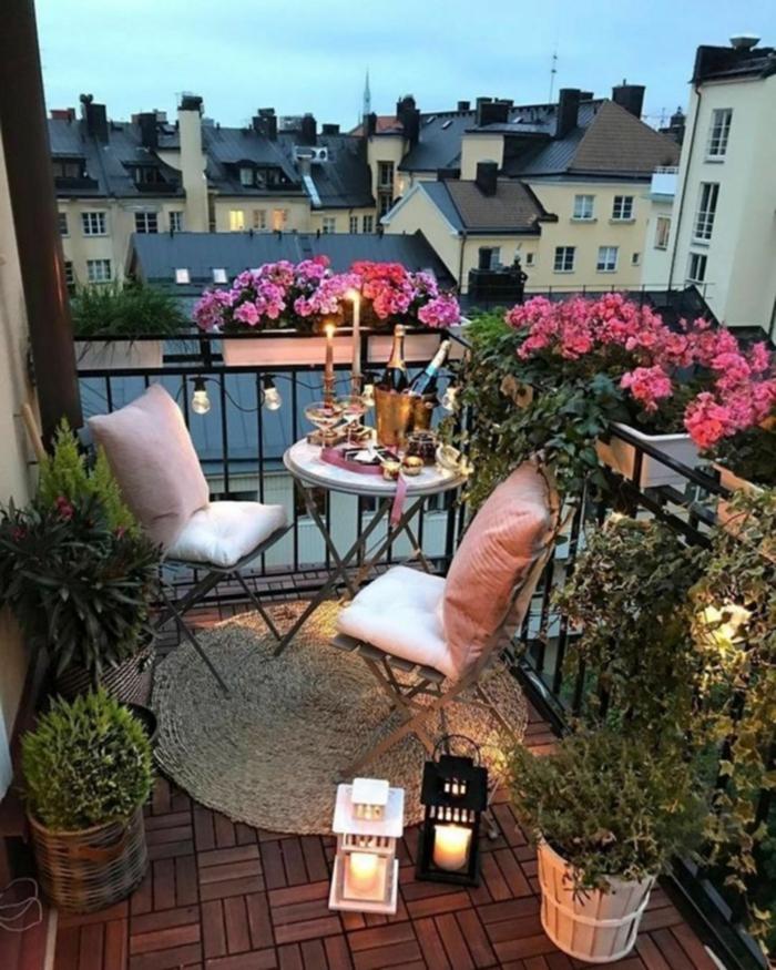 pequeñas terrazas decoradas con flores y guirnaldas de luces, como decorar un patio exterior con poco dinero en fotos
