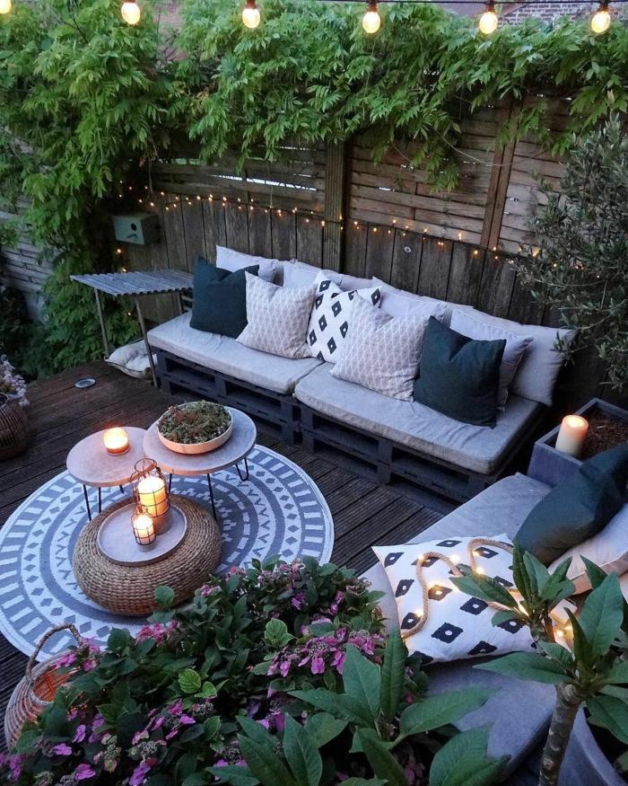 terrazas en estilo chill out con muebles de jardin con palets, terraza con velas y guirnalda de luces, ideas para decorar espacios exterior