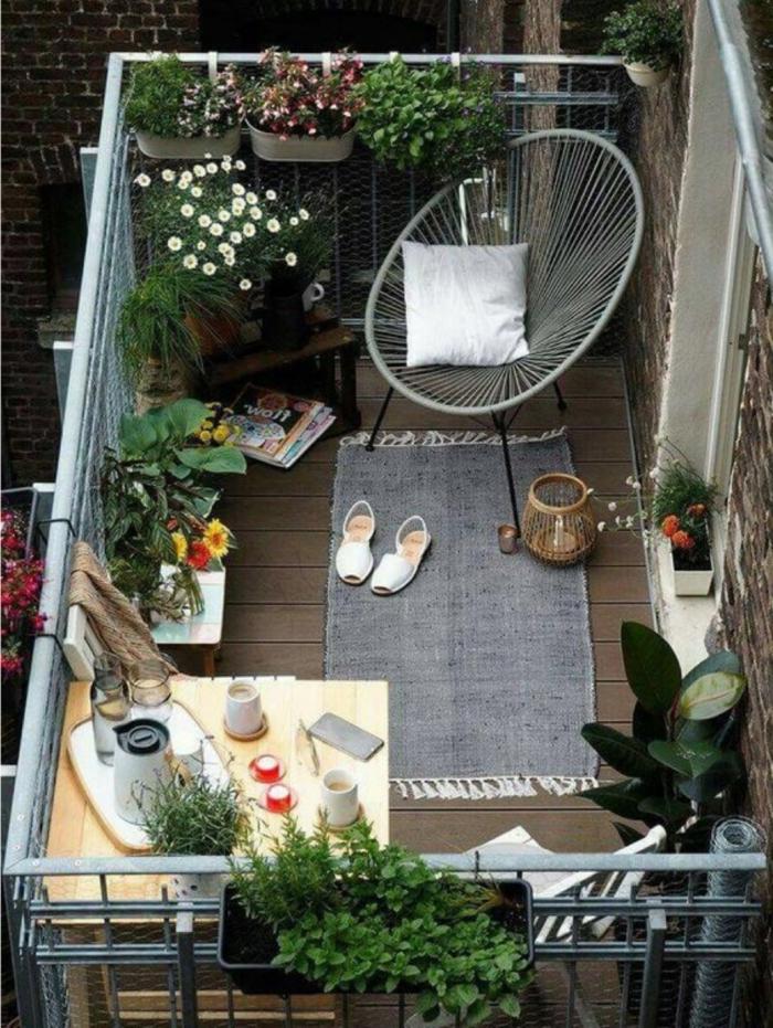 pequeña terraza con mcuhos detalles decorativos, plantas verdes en la terraza ,chill out palet, ideas de decoracion de balcon