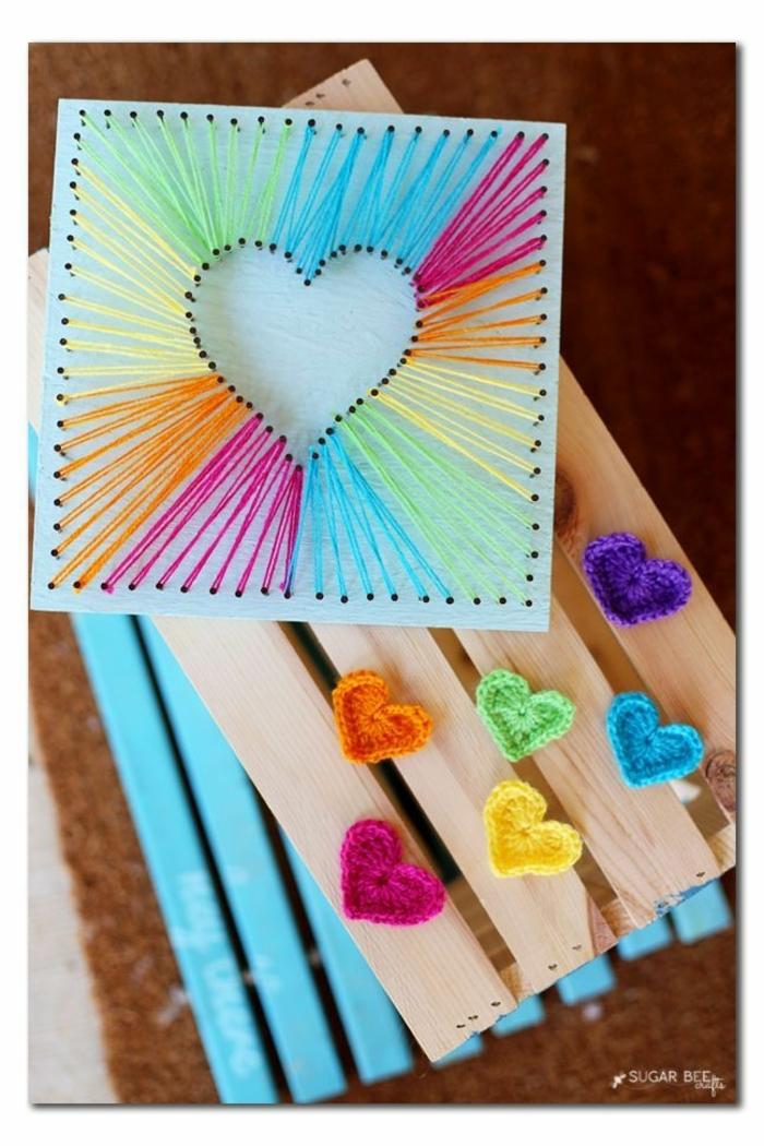 cuadro decorativo con corazon y mini corazones de hilo, imagenes con ideas de regalos originales hechos a mano