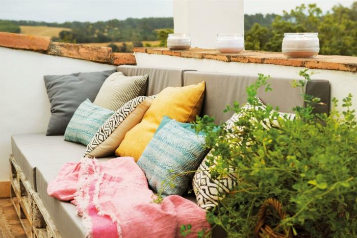 sillones y sofas con palets adornados de cojines decorativos, muebles de jardin con palets en fotos, las mejores ideas para decorar tu terraza
