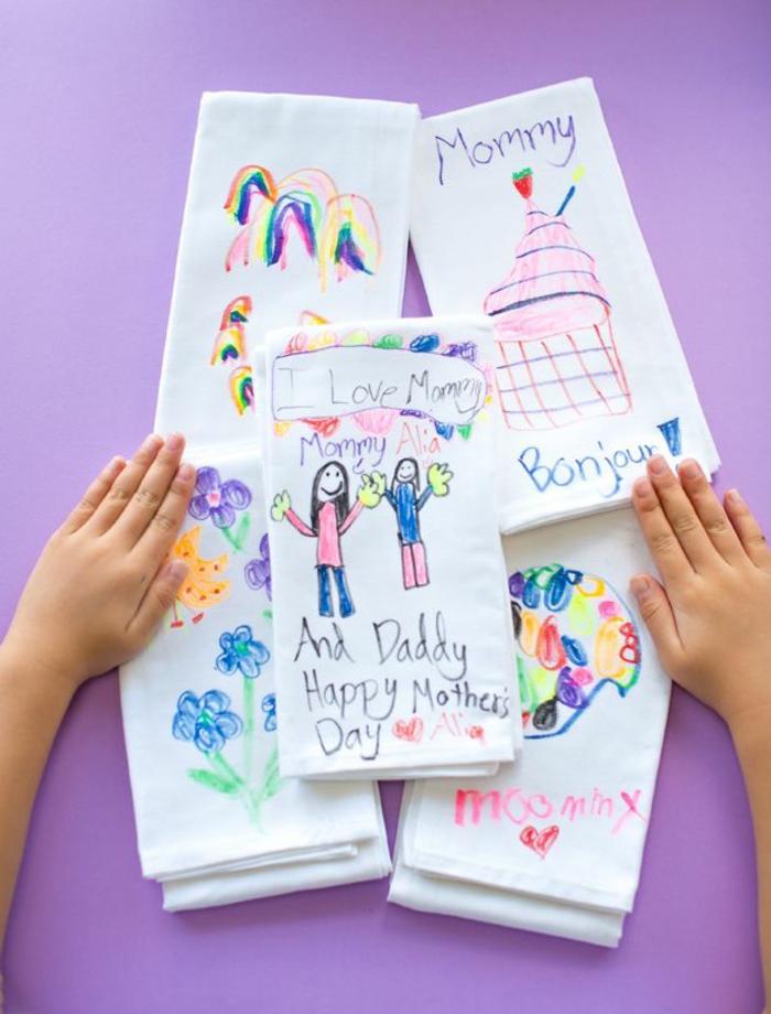 las mejores ideas de regalos dia de la madre manualidades, toallas de tela con dibujos infantiles estampados en colores pastel