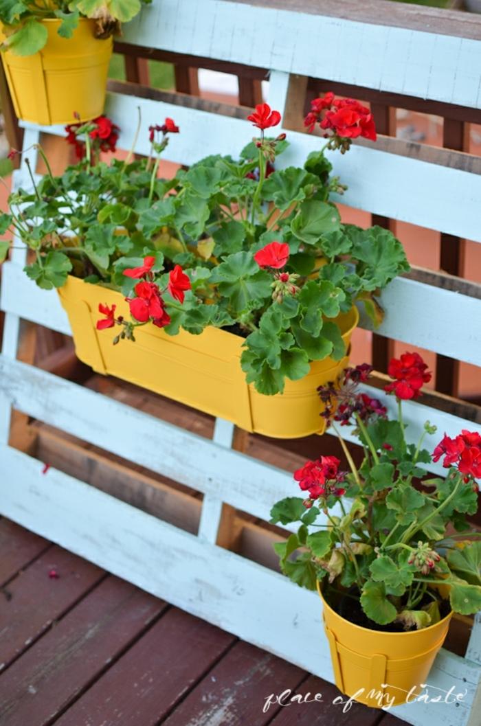 ideas de mesas hechas con palets y otros muebles decorativos para la terraza, jardinera vertical pintada en azul con macetas colgantes