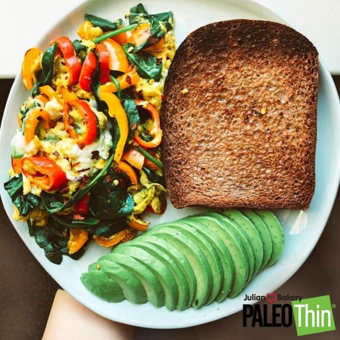 más de 90 ideas sobre que comer antes y despues del entrenamiento, huevos batidos con verduras y espinacas, tostada integral y aguacate