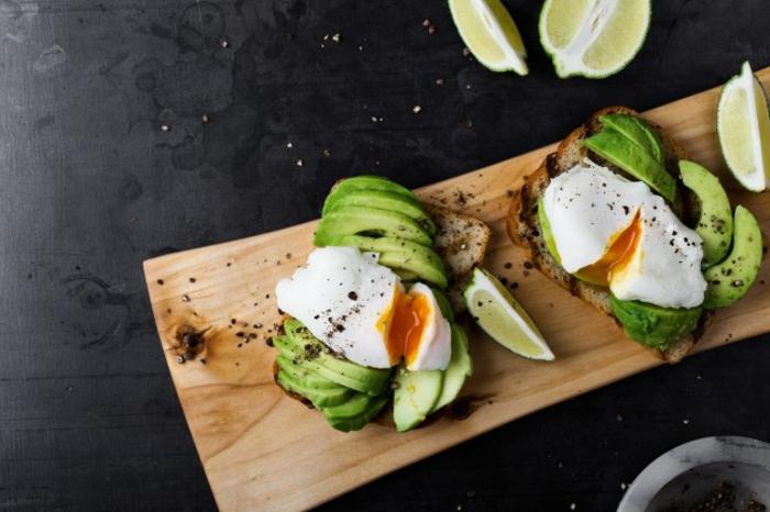 tostadas con aguacate, huevos y pimienta negra, tostadas integrales con ingredientes proteicos, desayunos fitness en fotos