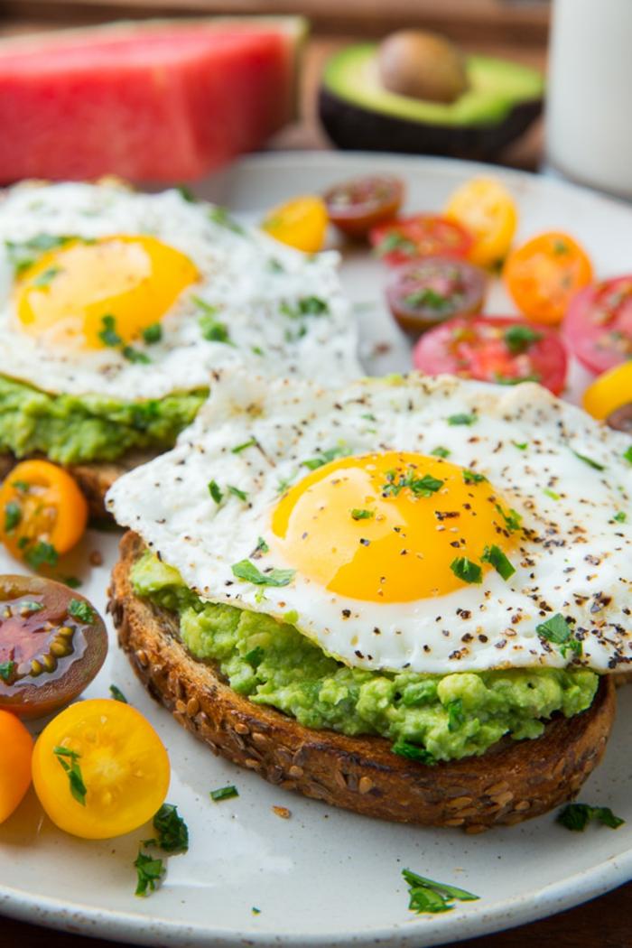tostadas integrales con semillas con pasta de aguacate y huevos fritos, dieta para bajar de peso, comidas y desayunos saludables