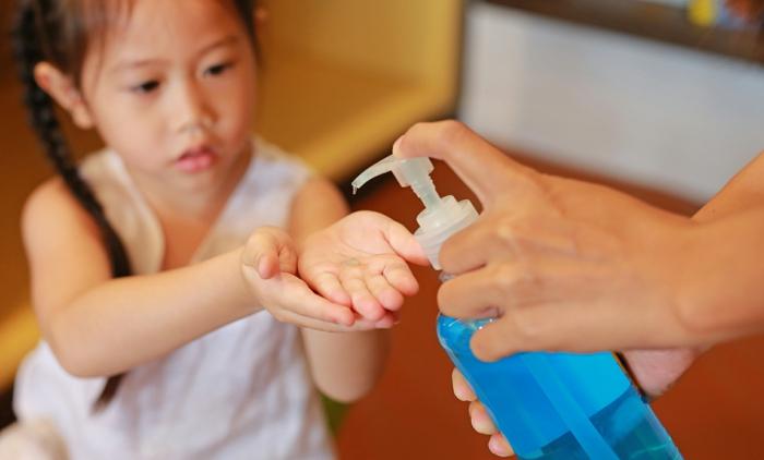 pequeña niña limpiandose las manos con gel desinfectante casero, gel desinfectante manos paso a paso en fotos