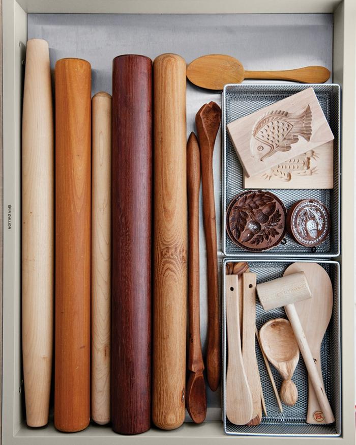 rodillos de madera y cucharas, como organizar la cocina paso a paso, trucos y cajas de almacenaje funcionales y modernas