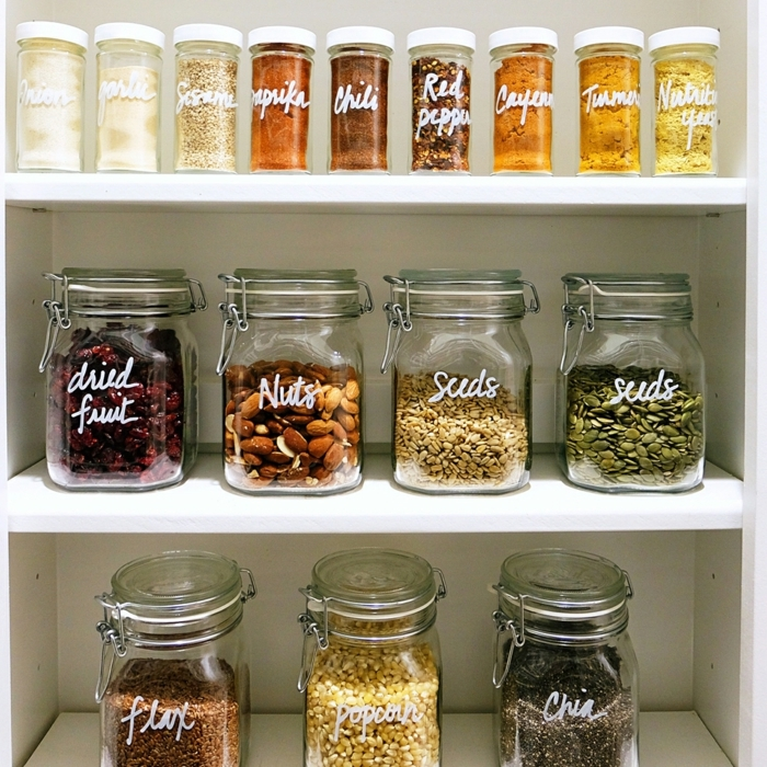 bonitos frascos de cristal con ingredientes y especias con etiquetas, cosas para hacer en la cocina para organizarla en fotos