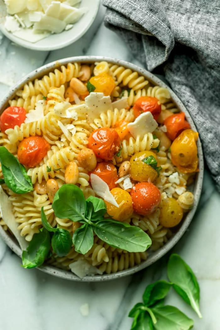 pasta integral con tomates uva, aceite de oliva, espinacas y queso, dieta para bajar de peso, ideas de comidas saludables