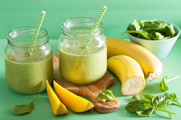 batido de plátanos, espinacas y mango, ideas de recetas caseras de desayunos fitness proteicos, fotos con ideas de recetas fitness