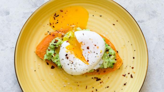 ideas de desayunos fitness en fotos, batata con agaucate machacado, copos de pimienta roja y huevos, desayunos proteicos