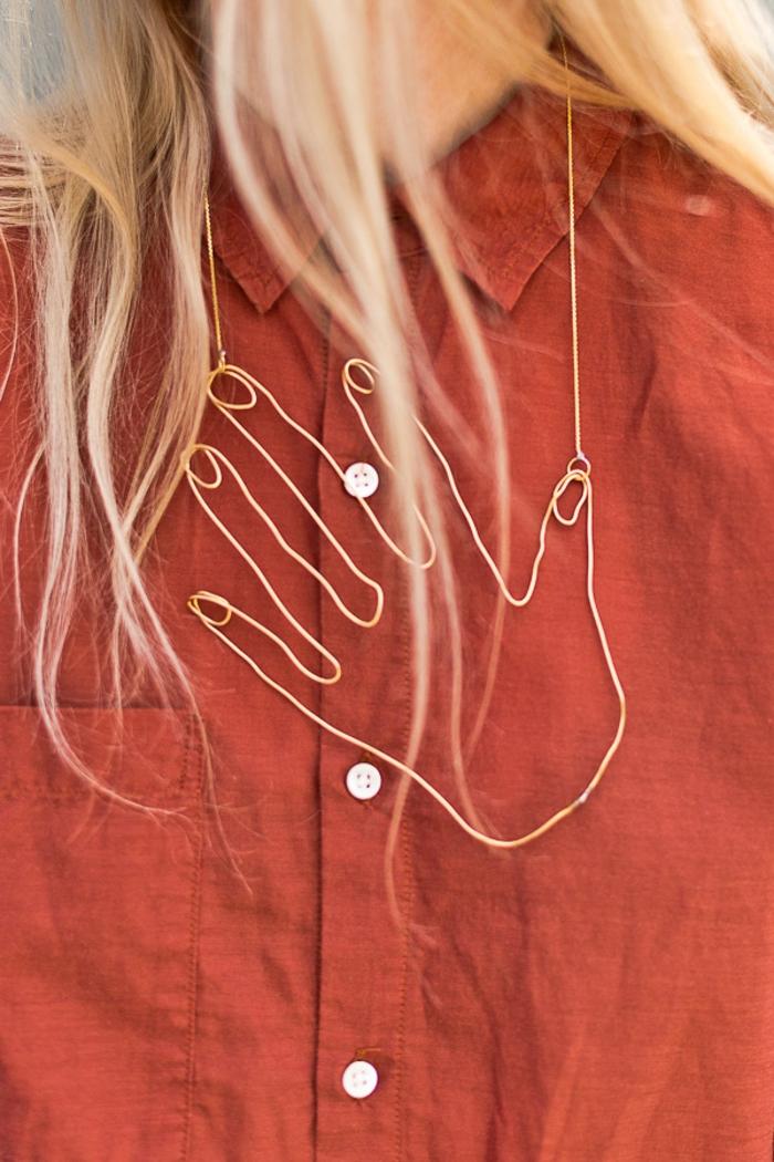 collar original en forma de mano, regalos originales para madres, regalos unicos para sorprender a tu mama en fotos