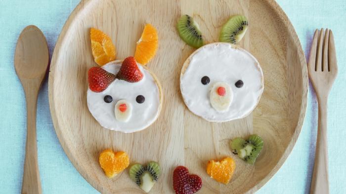 galletas de arroz con crema de queso y frutas, desayuno con naranja, kiwi y fresas, mejor para comer con niños en fotos