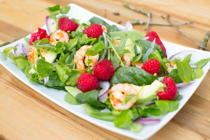 originales ideas de recetas sanas para cenar, ensalada verde con gambas, fotos de recetas caseras faciles de preparar