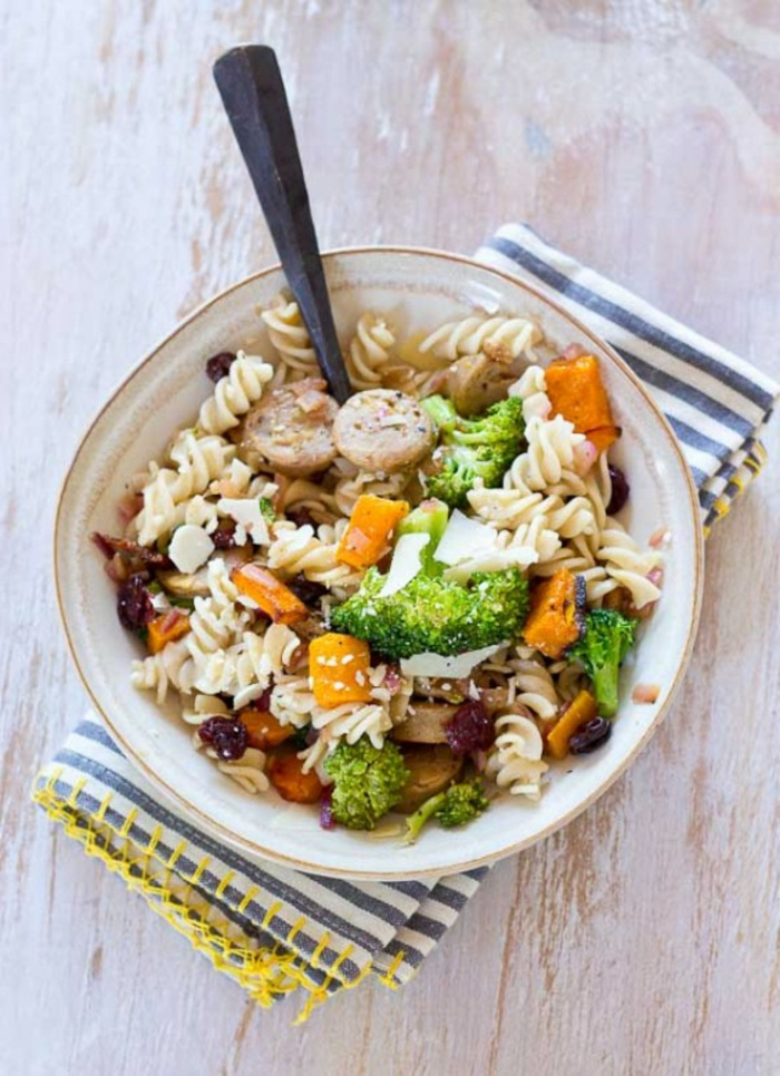 cenas proteicas con pasta integral, pasta con cetas, zanahorias y brocoli, las mejores ideas de ingredientes proteicos para adelgazar