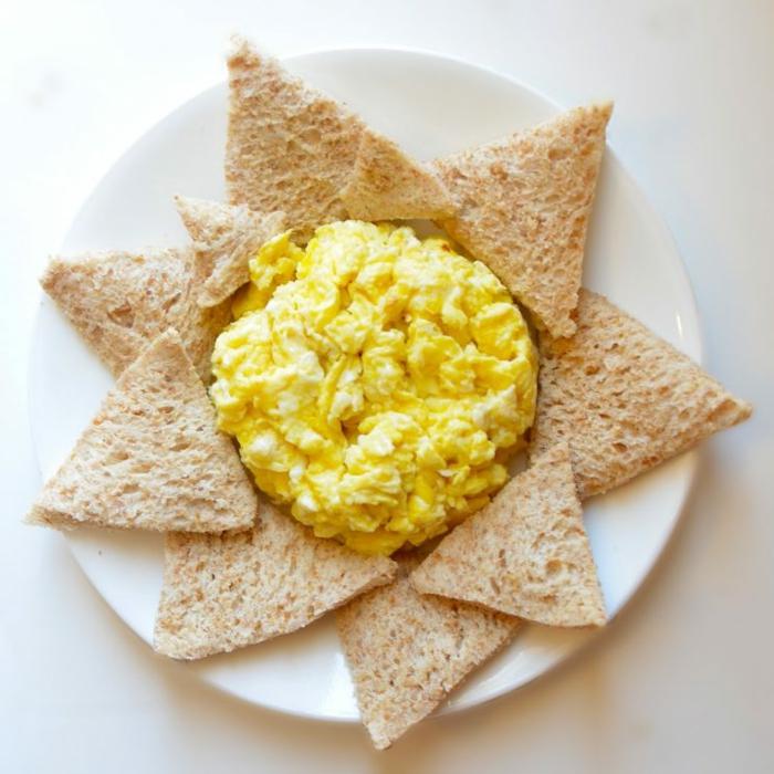 apetitosas ideas de desayunos con huevo, tostadas con huevos revueltos, ideas de desayunos nutritivos y saludables