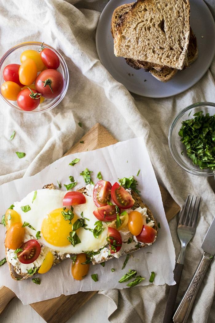 desayunos proteicos ricos, tostadas integrales con queso hundido y tomates uva, fotos con ideas de brunch saludable