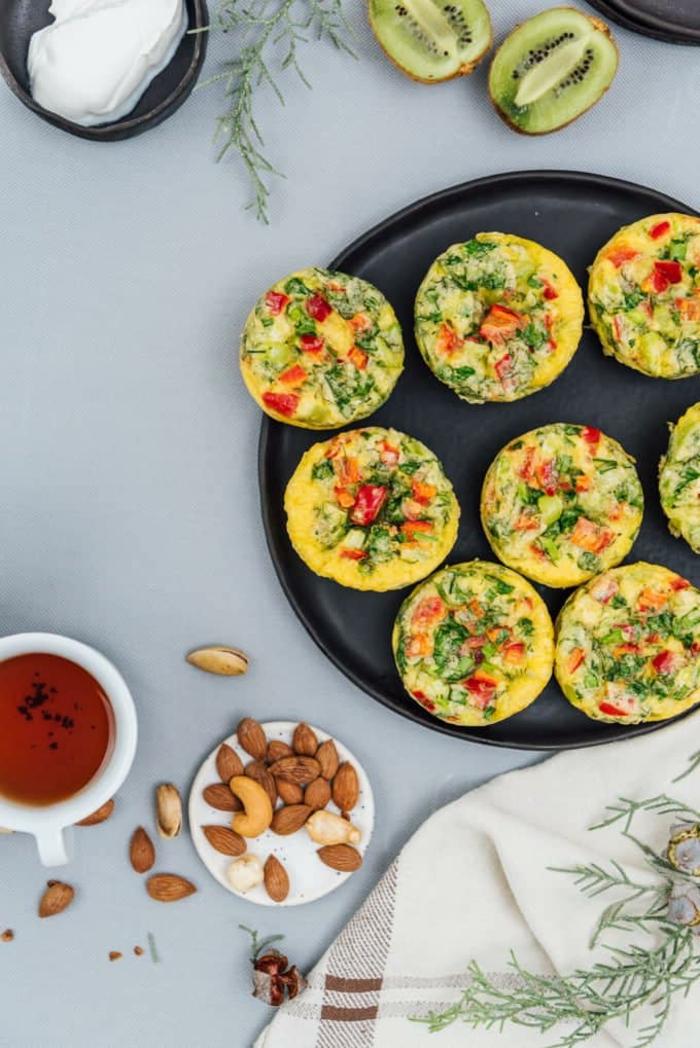 magdalenas saludables con huevos y espinacas, ideas de meriendas y desayunos sanos, desayunos con huevo originales
