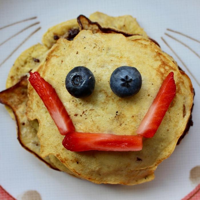 crepes integrales con fresas y arandanos, desayunos con huevo, ideas de comidas nutritivas y saludables para toda la familia