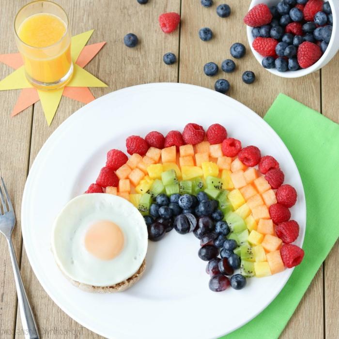arco iris de frutas y galleta de arroz con huevo revuelto, desayunos con huevo originales y nutritivos para hacer en casa