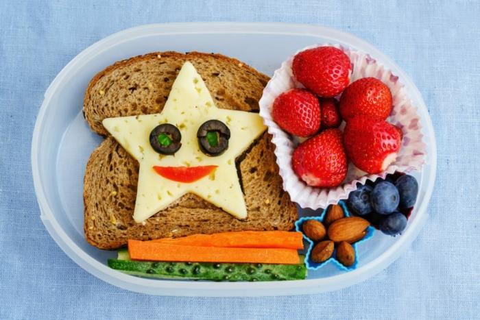 tostadas con queso amarillo y zanahorias y fresas, desayunos con frutas originales y faciles de hacer en casa para tus niños