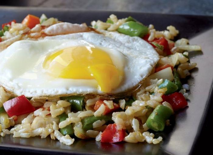 canap'e de arroz integral con pimientos y huevo frito, recetas sanas para cenar, ideas de recetas nutritivas con proteinas