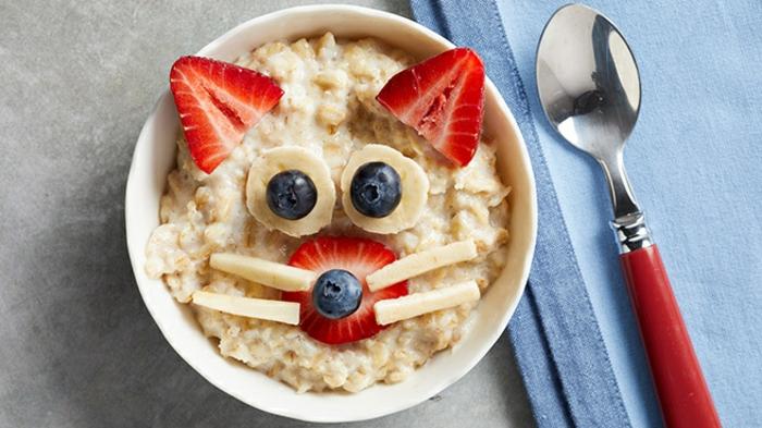 desayunos con avena ricos, avenas con leche y fresas, plátanos y arándanos, desayunos con frutas sanas para una dieta equilibrada