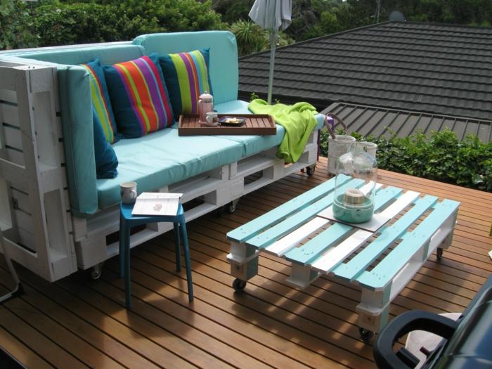 pequeña terraza en estilo chill out con muebles en colores vibrantes, decoracion terrazas pequeñas con materiales de reciclaje