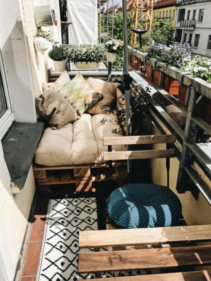 rincon de la terraza decorado con muebles de palets,sofas hechos con palets, las mejores ideas de sofas con madera de palets