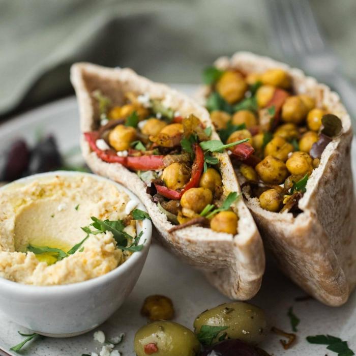 apetitosas propuestas de comidas para comer antes y despues de entrenar, bolsillos de pan arabe con garbanzos y hummus
