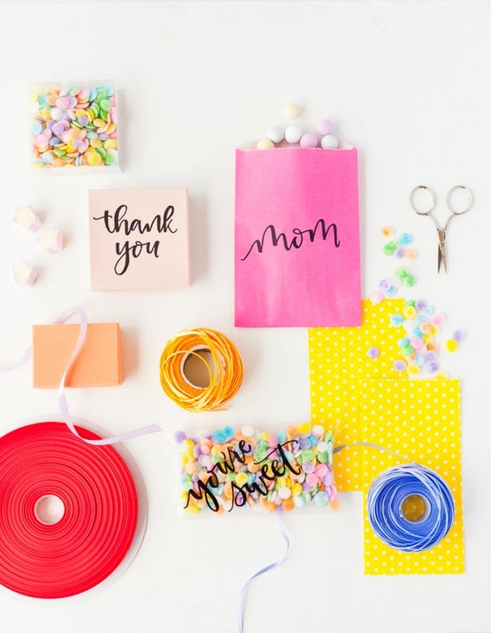 bolsas de papel llenas de golosinas, las mejores ideas de regalos caseros para sorprender, gracias mama bolsa personalziada