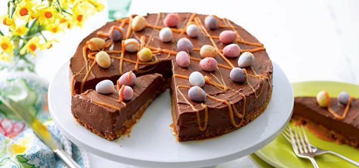 tarta de chocolate con decoracion para pascua, huevos de azucar coloridos, los mejores pasteles para preparar en semana santa