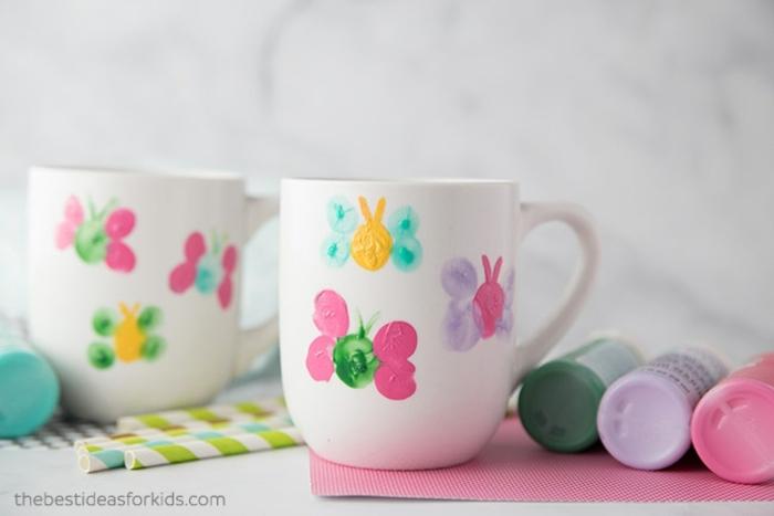fantasticas ideas de ideas para el dia de las madres, como decorar tazas con huellas de dedos, ideas de regalos originales