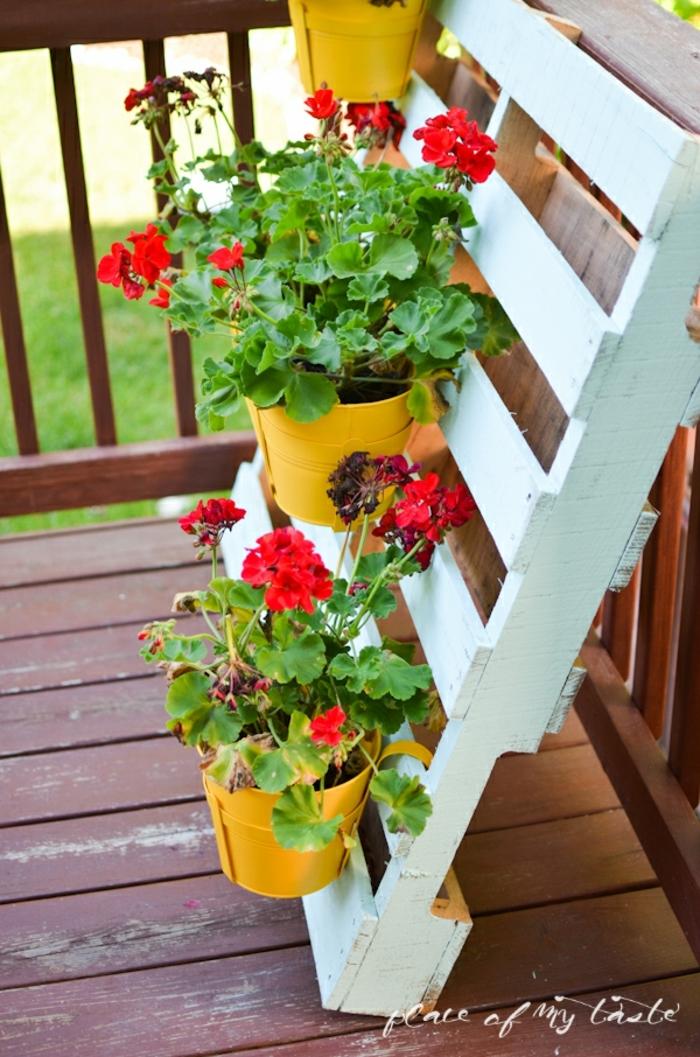 espectacculares ideas de muebles jardin palets, bonita jardinera vertical con macetas con flores colgantes, ideas de muebles DIIY
