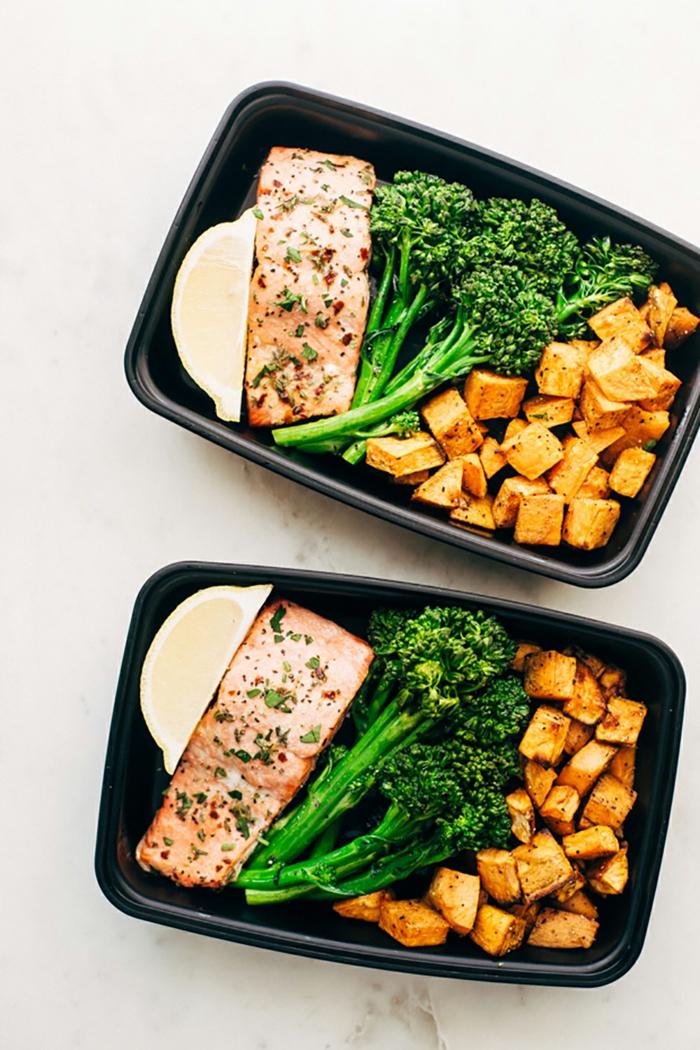 comidas para una dieta para bajar de peso, salmón con brocoli y batatas, ideas de recetas proteicas ricas y faciles de hacer