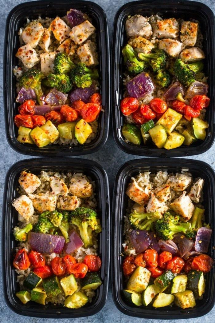 cajas con alimentos proteicos para empezar el dia, comidas con pollo y vegetales saludables, comida fitness para despues del entrenamiento