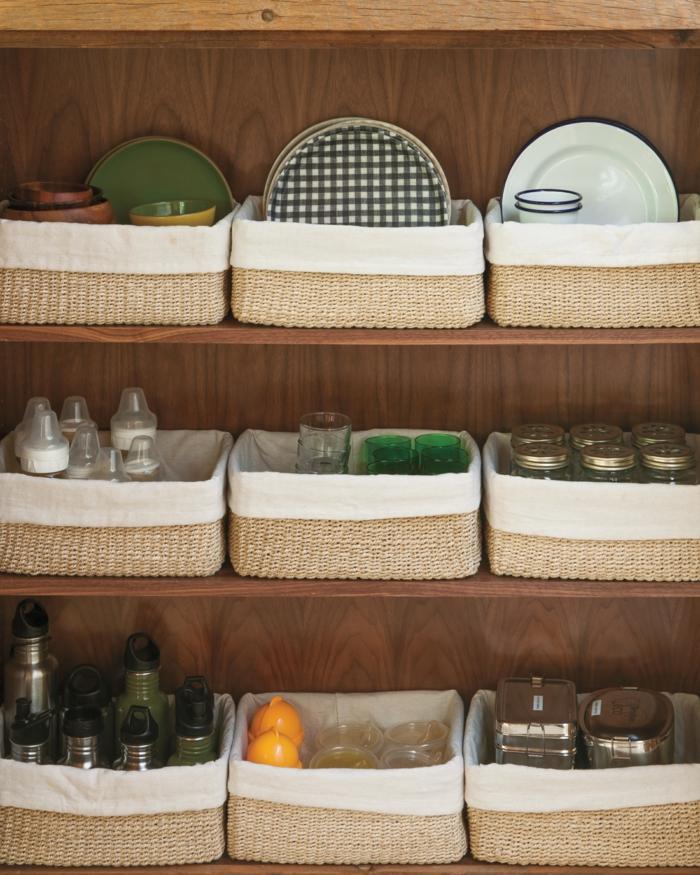 cestas de mimbre para almacenar frascos yy utensilios de cocina, detalles bonitos para decorar la cocina, 80 consejos sobre como decorar una cocina pequeña