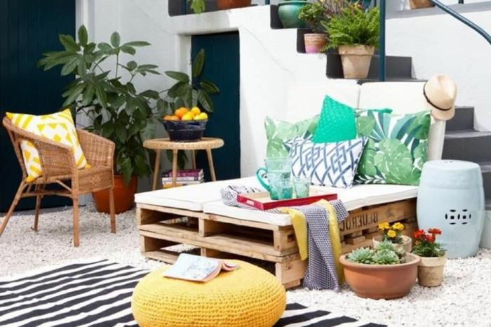 trucos para convertir tu terraza en un espacio chill out, fotos con ideas sobre como decorar el balcon, decoracion con palets