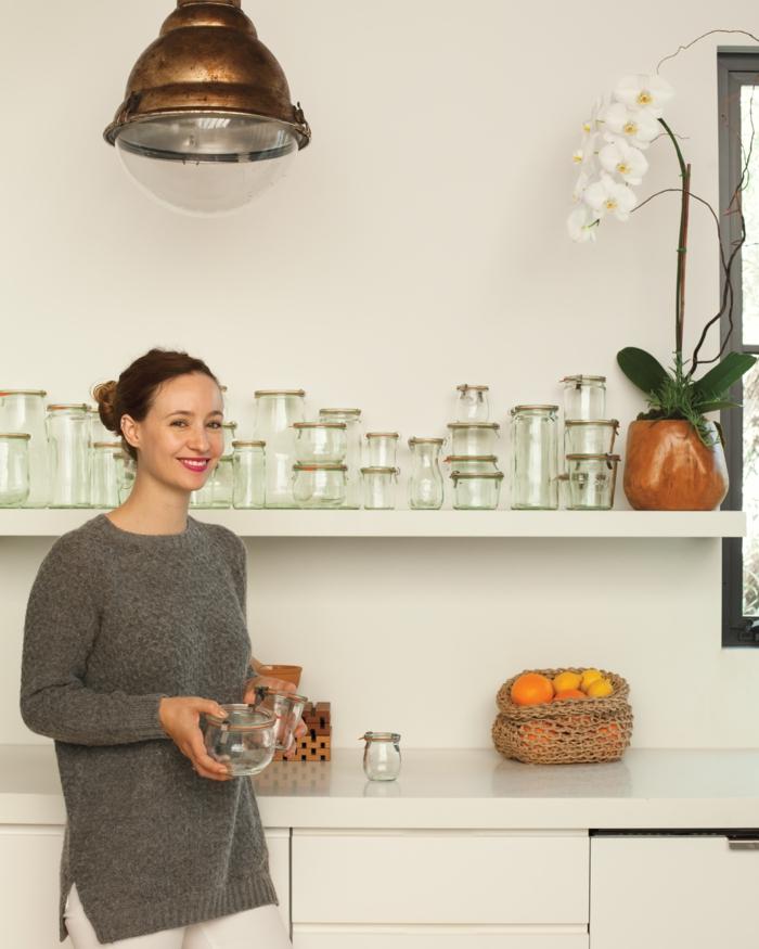 ideas sobre como almacenar los frascos y utensilios en casa, fotos de cocinas bonitas y modernas decoradas con mucho encanto