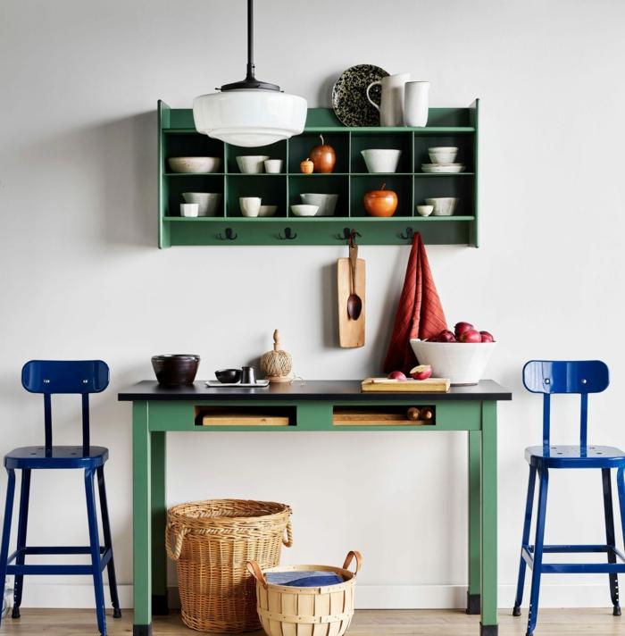cocina decorada en estilo vintage con muebles de madera pintados en verde y azul, fotos de cocinas ordenadas y modernas