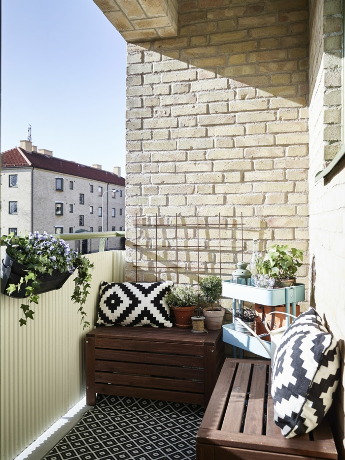 pequeño balcón decorado con detalles en blanco y negro, pequeños rincones de lectura en la terraza, terrazas con palets